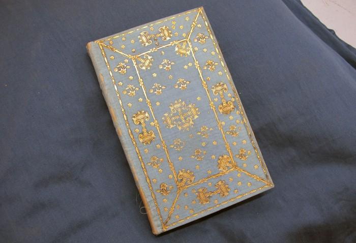 bokband i blått siden med guldpressad dekor